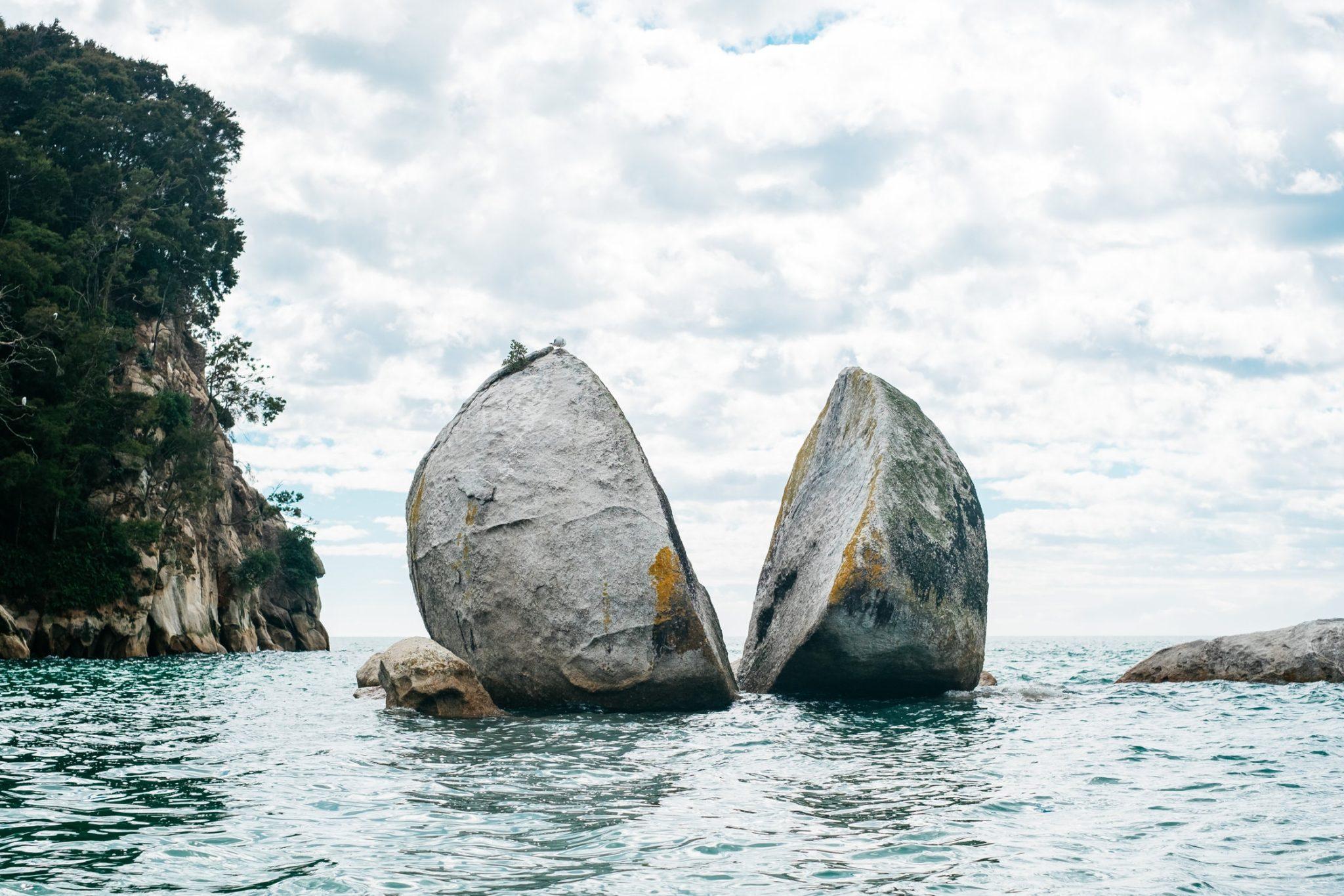 Split Apple Rock, Kaiteriteri, New Zealand. Photo by Pablo Heimplatz on Unsplash